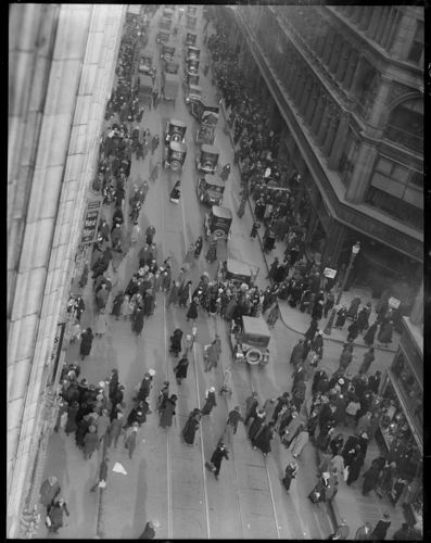 Washington St.: crowd at Temple Place, people & cars
